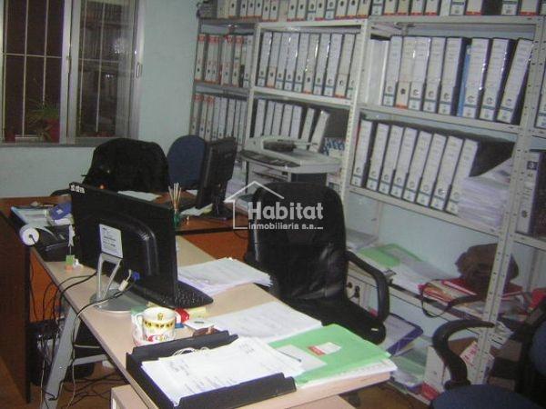 Oficina entreplanta en alquiler por 500 euros mensuales for Alquiler oficinas badajoz